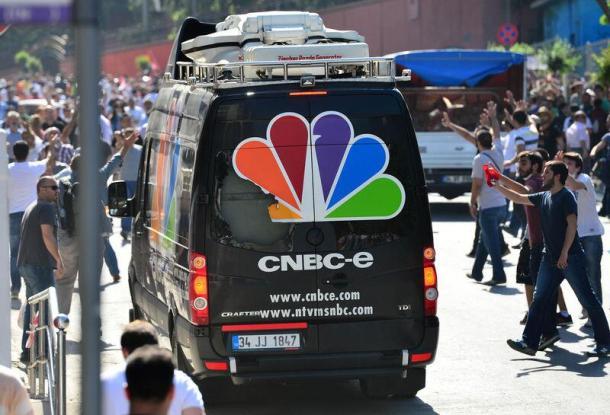 CNBC-E'nin canlı yayın aracı da tahrip edildi.