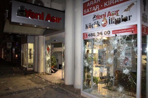 Ege Bölgesi'nin en çok satan gazetesi Yeni Asır yağmalandı.