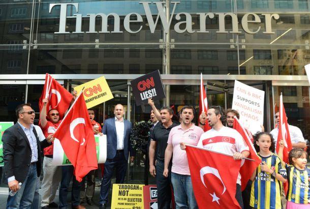 ABD'li Türkler CNN'e siyah çelenk bırakıyor. 16 Haziran- AA